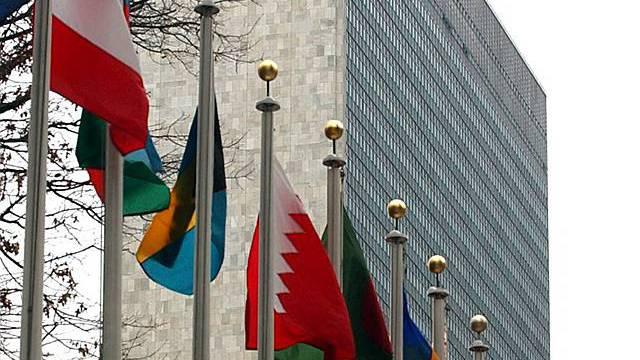 Fahnen hängen vor dem UNO-Hauptgebäude