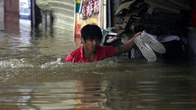 Ein Mann in den Wassermassen in Xianning (China)