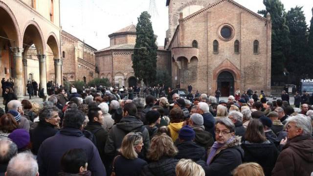 Hunderte Menschen vor der Basilika Hl. Stefan in Bologna