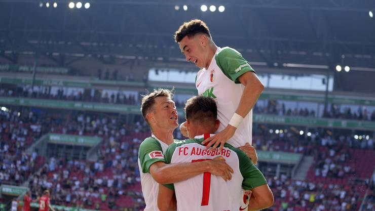 Stephan Lichtsteiner (links) jubelt mit Ruben Vargas (oben) über dessen erstes Bundesligator.
