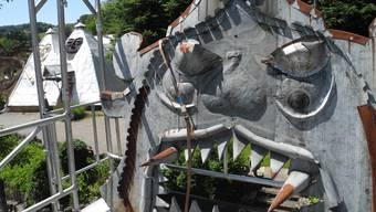 Seit vier Wochen steht am Wohnhaus im Bruno-Weber-Park ein Gerüst. Die grimmigen Blechgesichter drohten den Halt zu verlieren. Derzeit werden sie neu montiert.