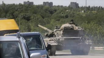 Prorussische Kämpfer mit Panzer in ostukrainischer Region Donezk