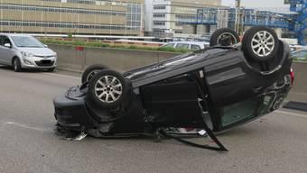 Der Fahrer hatte Glück im Unglück: Obwohl das Auto auf dem Dach landete, zog er sich nur eine leichte Handverletzung zu.