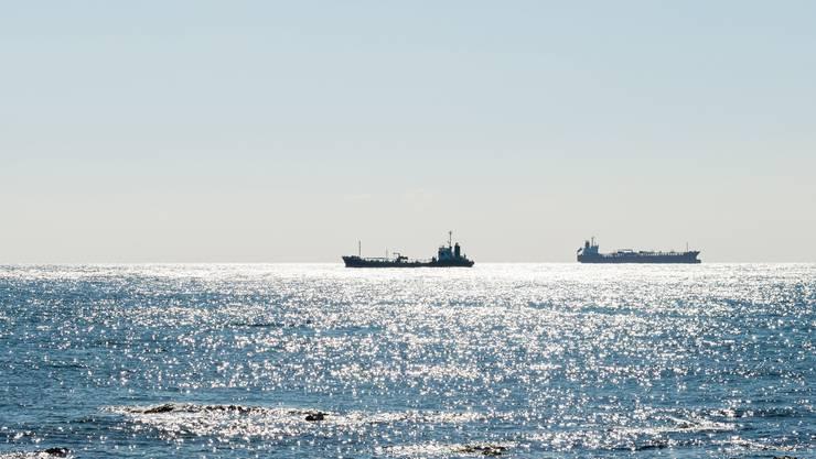 Hochseeschiffe unterwegs auf dem Ozean. Welche Rolle spielen die Offshore-Konten?
