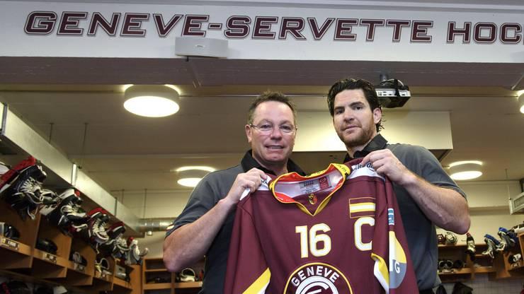 Servette-Coach Chris McSorley posiert mit seinem neuen Captain Jim Slater (r.).