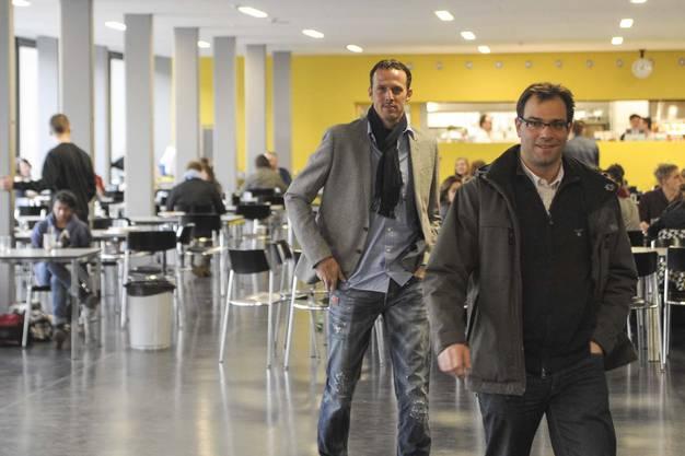 Marco Streller und FCB-Sportdirektor Georg Heitz treffen ein und werden von Konrektor Andre Chiquet begrüsst.