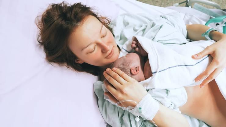 Immer mehr Schweizer Spitäler bieten Frauen die Möglichkeit, den Schmerz während der Wehen per Knopfdruck zu lindern.