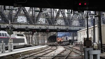 Tote Hose in der sonst betriebsamen Gare de l'Est in Paris.
