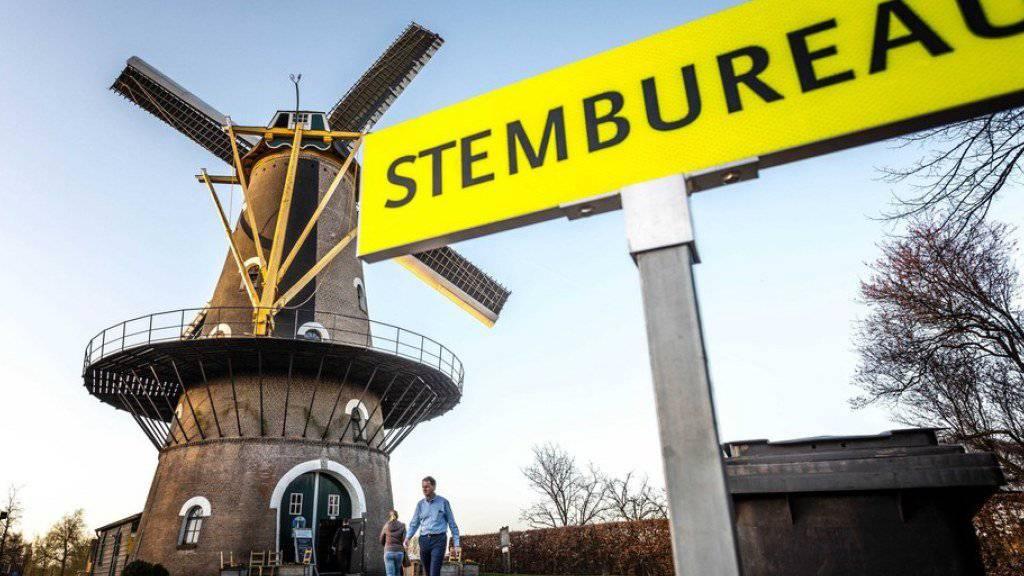 Niederländische Wähler geben am Mittwoch in einer als Wahllokal dienenden Windmühle ihre Stimme ab.