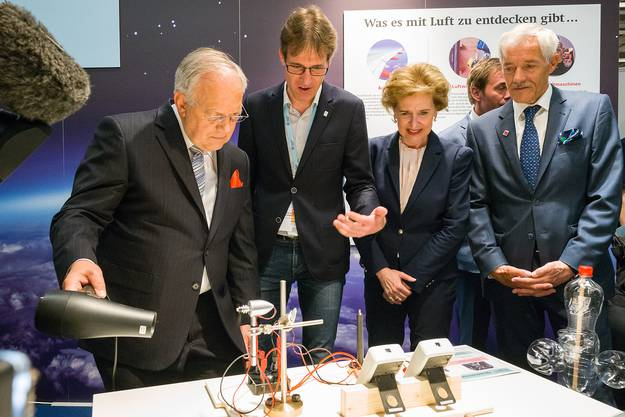 ...Experimentieren mit heisser Luft am Stand der Uni Basel (rechts Rektorin Andrea Schenker)...