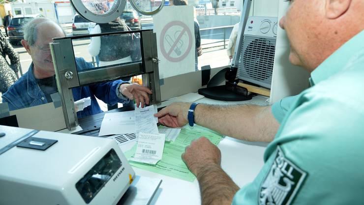 Wer die Mehrwertsteuer zurückerstattet haben will, muss einen grünen Zettel abstempeln lassen. Nun könnte eine Bagatellgrenze von 50 Euro eingeführt werden.