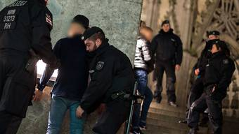 Hunderte Polizisten, Videokameras und Strassensperren sollen das Gelände um den Kölner Dom in der Silvesternacht sichern. (Archiv)