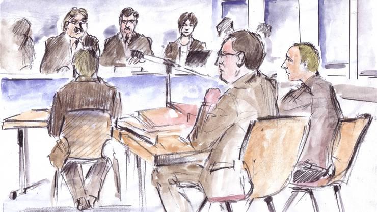 Der Angeklagte Daniel H. (ganz rechts) neben seinem Verteidiger Matthias Fricker; am Mikrofon sitzt Gerichtspräsident Peter Rüegg, ihm gegenüber der Gutachter Volker Dittmann.