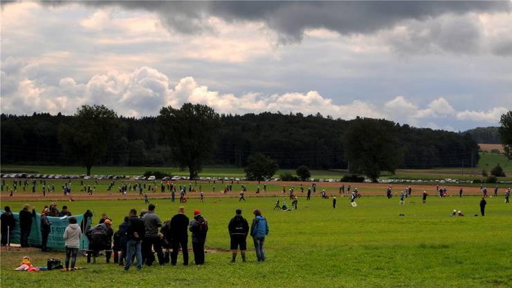 Dunkle Wolken überziehen am Sonntag den Hornusserplatz in Aetingen.