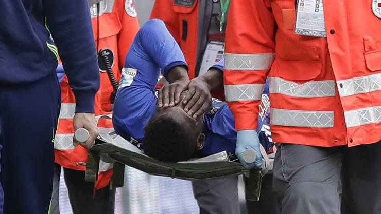 Embolo wird nach der Verletzung vom Platz getragen.
