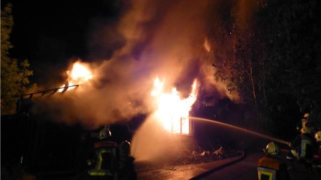 Die Feuerwehr Oberdorf bekämpft den Vollbrand der Baracke.