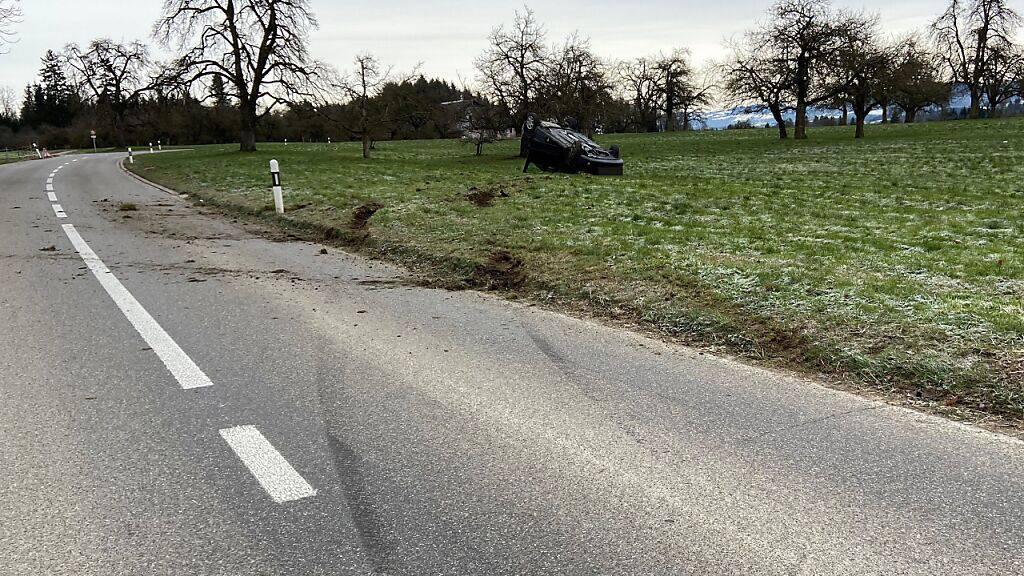 Eine 21-jährige Autofahrerin hat sich im Kanton Thurgau bei einem Selbstunfall verletzt. Ihr Fahrzeug hatte sich in einem Feld überschlagen.