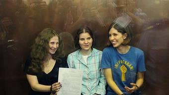 Die drei Musikerinnen im Glaskasten im Gerichtssaal