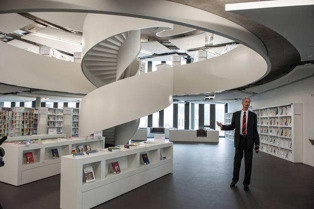 Die architektonisch elegante Bibliothek, im Bild Standortleiter Jürg Christener.