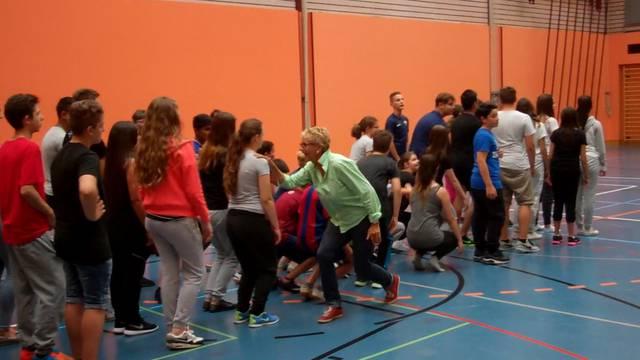 Noch sieht es ein bisschen nach Durcheinander aus: Die Neuenhofer Schüler üben für ihren Olma-Auftritt.