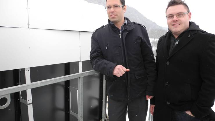Marco Rytz und Daniel Weibel in 20 Meter Höhe vor dem bereits weitgehend demontierten Messe-Fassaden-Prototyp.