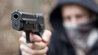 Die Täter bedrohten die Fussgängerin mit einer Faustfeuerwaffe. (Symbolbild)