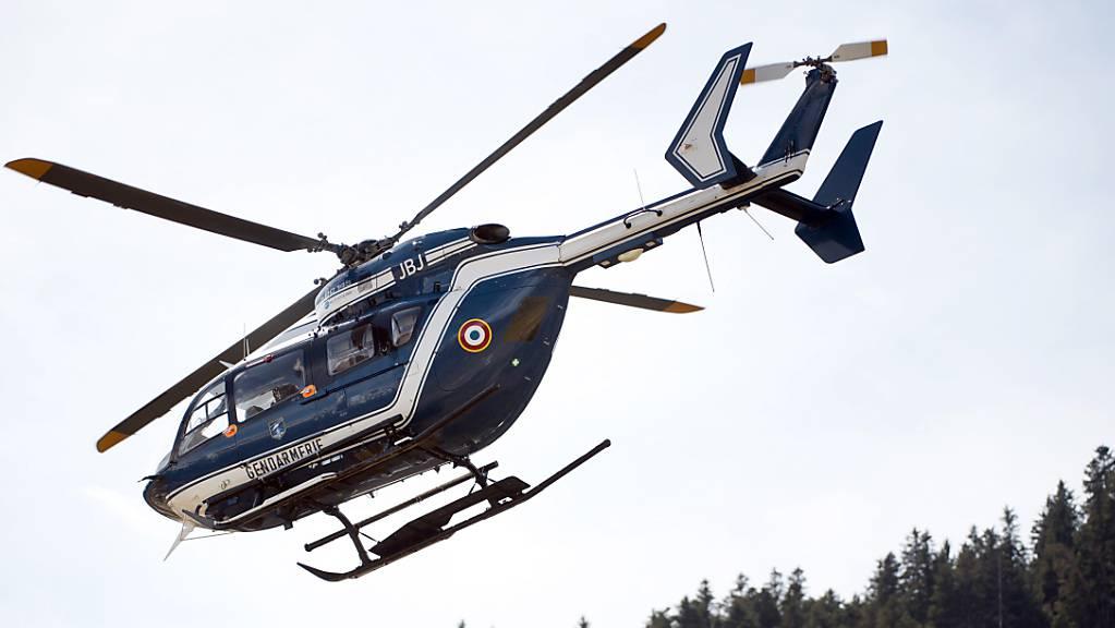 Ein Hubschrauber der Gendarmerie fliegt am 29.03.2015 in Seyne Les Alpes, Frankreich, über einen Sportflughafen.