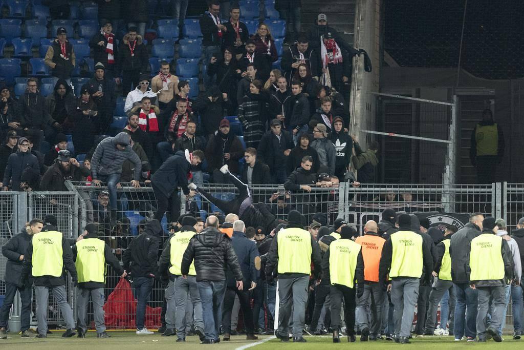 Eklat in Basel: Sion-Fans stürmen das Spielfeld (© KEYSTONE)
