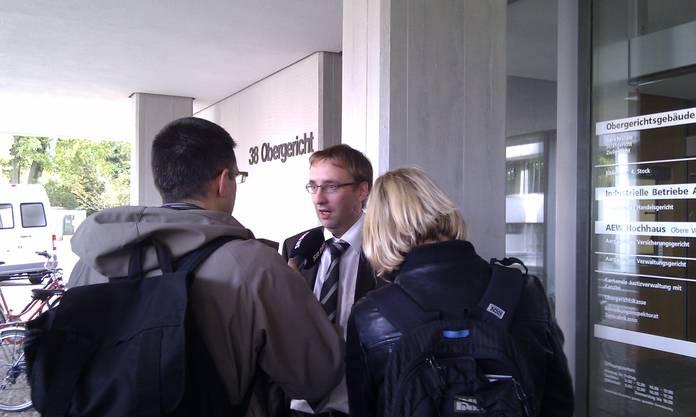 Verteidiger Matthias Fricker gibt den Medien Auskunft.
