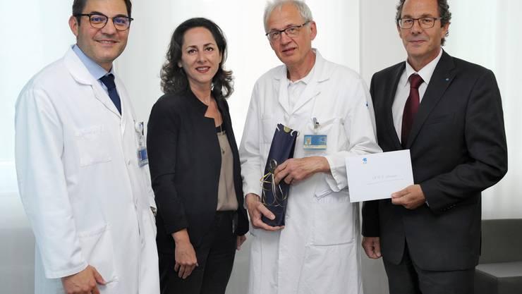 Chirurgie-Direktor Antonio Nocito (links), HR-Chefin Sabrina Romagnolo und CEO Adrian Schmitter (rechts) gratulieren Kurt Lehmann zur Beförderung zum Chefarzt.