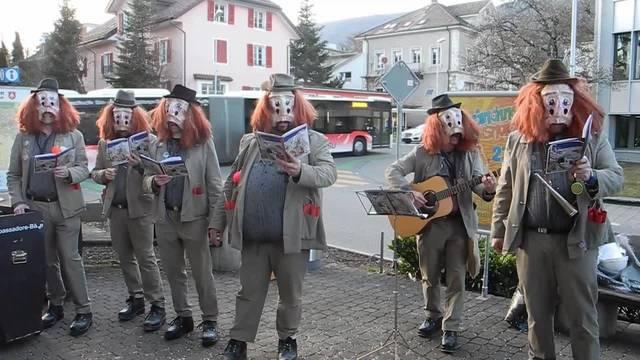 Fasnächtliche Hilfsaktion in Grenchen. Die Ambassadore Bäse überbringen die Wünsche, die Stadtratten bedanken sich.