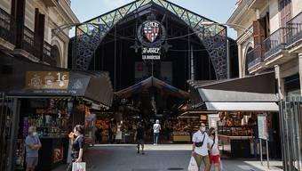 Menschen stehen vor dem La Boqueria-Markt in Barcelona. Foto: Thiago Prudencio/