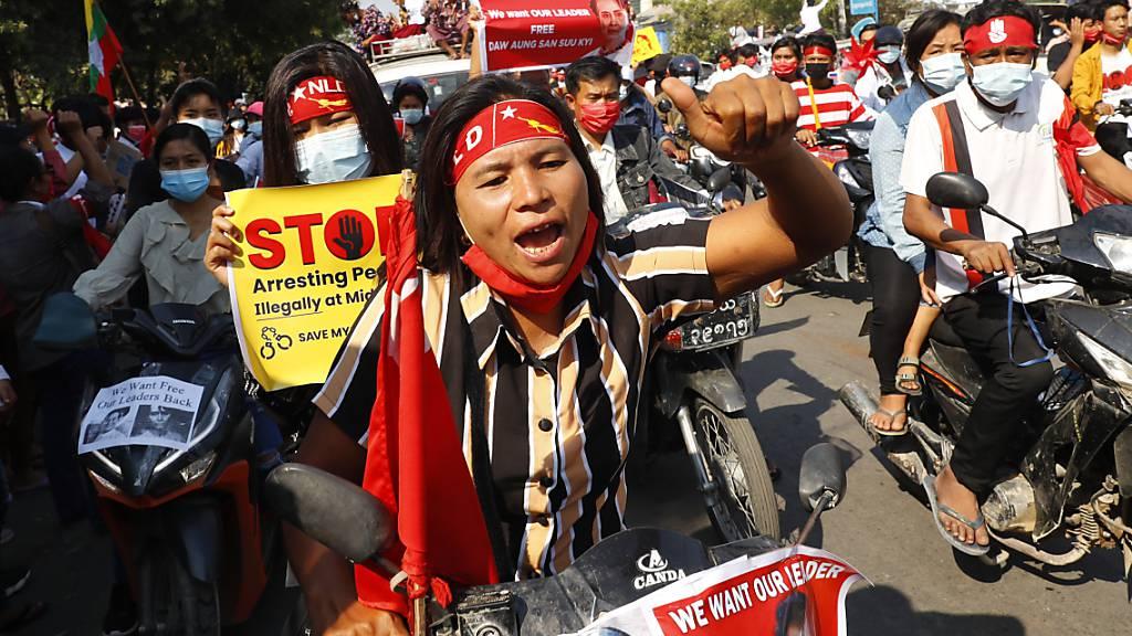 Demonstranten nehmen auf Motorrädern an einem Proteste gegen die Militärregierung teil. Foto: Uncredited/AP/dpa