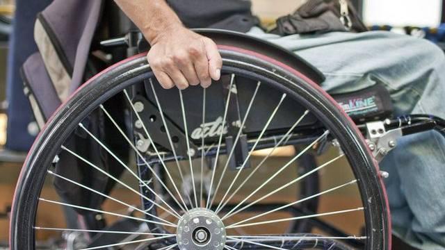 Ein Mann in einem Rollstuhl (Archiv)
