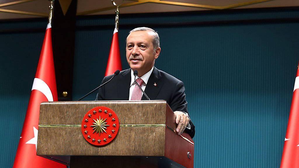 Präsident Recep Tayyip Erdogan verkündet den Ausnahmezustand. (Archiv)