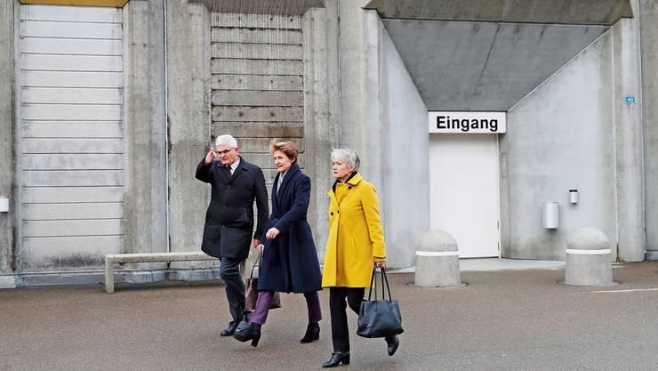 Pöschwies-Direktor Andreas Naegeli und die Zürcher Justizdirektorin Jacqueline Fehr (rechts) begleiten Simonetta Sommaruga auf ihrem Rundgang durch die Regensdorfer Strafanstalt.