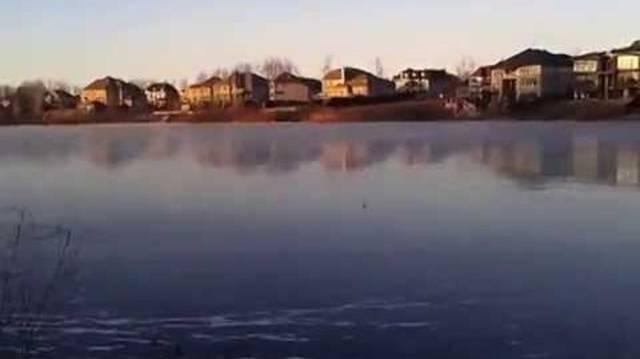 Unbedingt mit Ton anschauen: Man nehme einen Stein, werfe ihn auf einen zugefrorenen See und lausche.