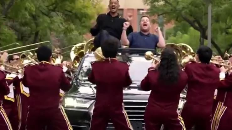 Will Smith (der im schwarzen Hemd) wird beim Carpool Karaoke von einer Blaskapelle begleitet. (Screenshot)