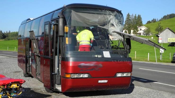 Ein Reisecar ist am Samstag mit einer Seitenklappe kollidiert, welche sich bei einem entgegenkommenden Marktanhänger geöffnet hatte. Acht Personen wurden verletzt.