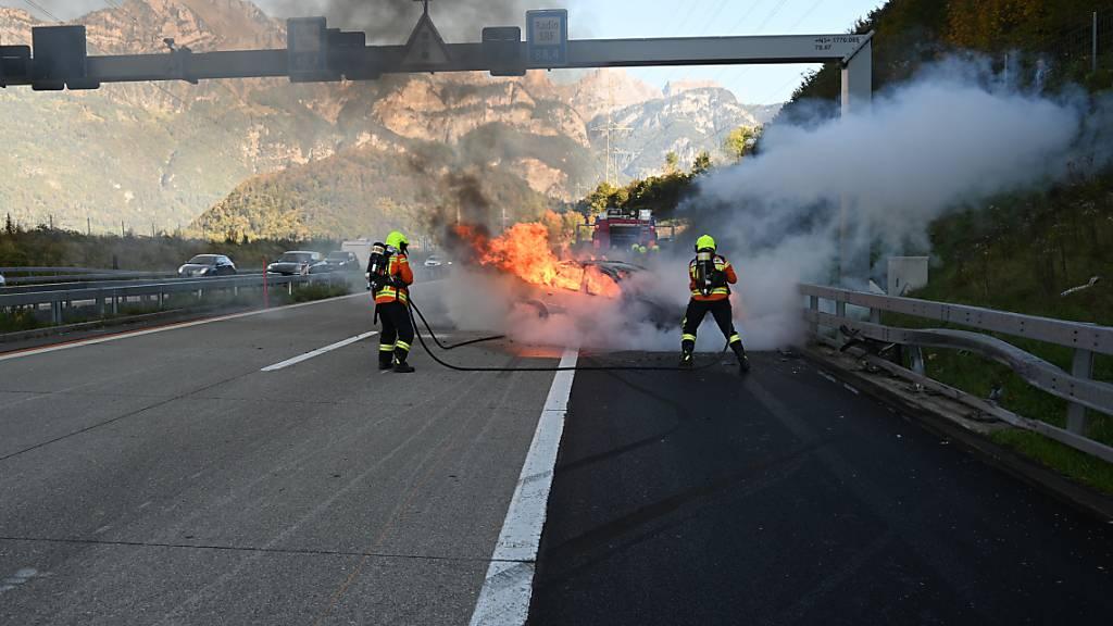 Auto gerät nach Unfall in Vollbrand – Fahrer kann sich rechtzeitig retten