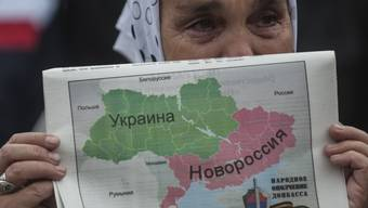 Demonstrantin in Donezk mit Teilungsplan für die Ukraine