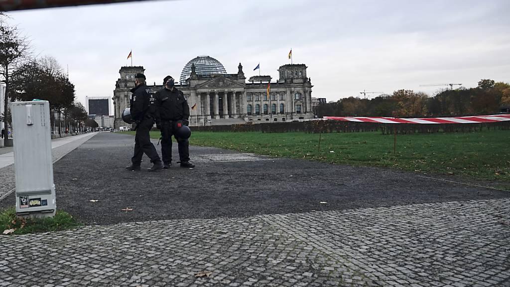Polizisten haben den Zugang zum Reichstagsgebäude abgeriegelt. Im Schnellverfahren soll die Neufassung des Infektionsschutzgesetzes durch Bundestag und Bundesrat gehen. Gegner der staatlichen Corona-Politik haben zu Protesten aufgerufen. Foto: Michael Kappeler/dpa