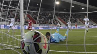 Luzern-Goalie Zibung kassiert das 2:2 durch Thuns Nelson Ferreira