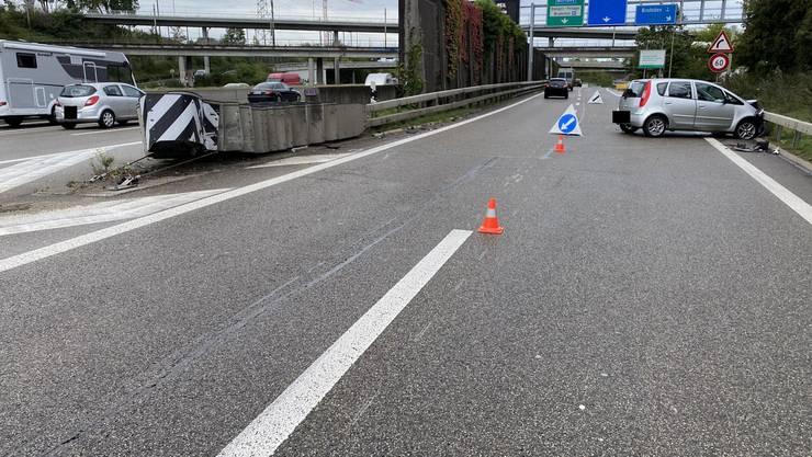 Die Autofahrerin touchierte den Verkehrsteiler und prallte anschliessend rechts in die Leitplanke.