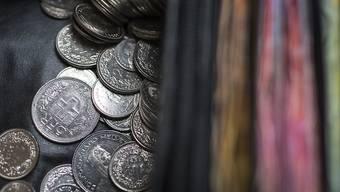 Der Geldbeutel der Eltern ist für Kinder relativ leicht zugänglich. (Symbolbild).