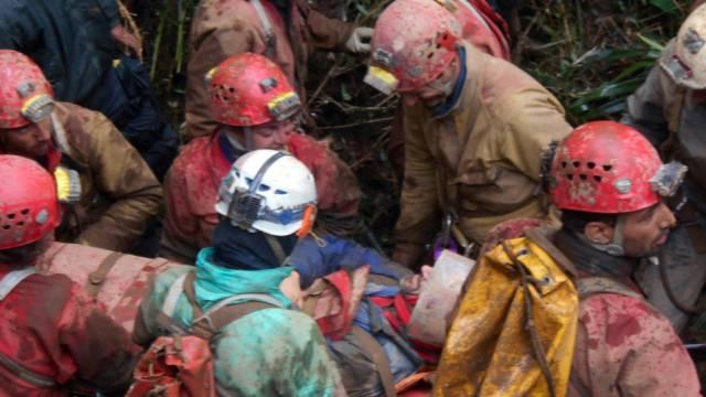 Dutzende Retter holten den verunglückten Forscher aus der Höhle