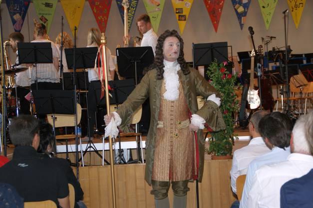 Stephan Mester führte als Gaston, einem französischen Tanzmeister aus der Zeit des Sonnenkönigs, durch das Programm des Jubiläumskonzertes