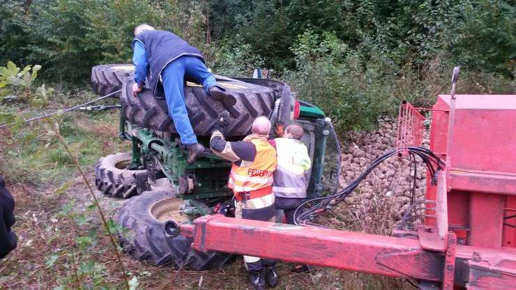 Die örtliche Feuerwehr war bei der Bergung des Traktors ebenfalls vor Ort.