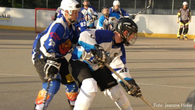 Michael Wälchli (links) bedrängt den Spieler aus La Broye