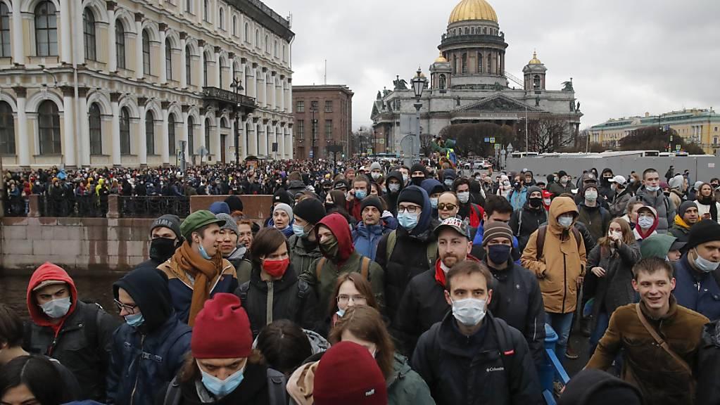 Russinnen und Russen gehen auf die Straße, um ihre Unterstützung für den inhaftierten Kremlkritiker Nawalny zum Ausdruck zu bringen. Foto: Dmitri Lovetsky/AP/dpa